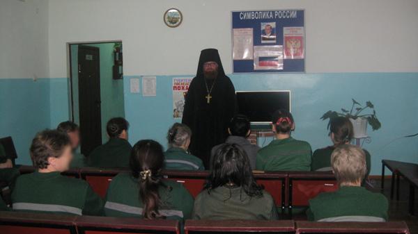Священнослужитель проводит духовно-нравственную беседу с осужденными женщинами в ИК-9